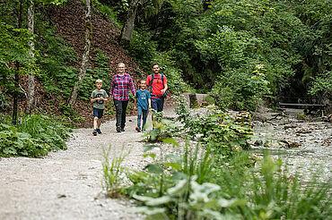 Entlang des Grießbachs wandert die Familie in die Grießbachklamm, © Mirja Geh