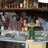 'S Avonds aan de bar als genageld