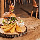 Burger mit Potato Wedges mit Sauerrahmdip
