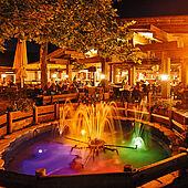 Der gemütliche Gastgarten des Pizzastadls bei Nacht