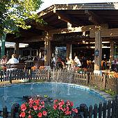 Brunnen vorm gemütlichem Gastgarten