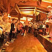 Kinder tanzen zur Live Musik in der Kaiseralm