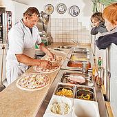 Einblicke beim Pizza Backen