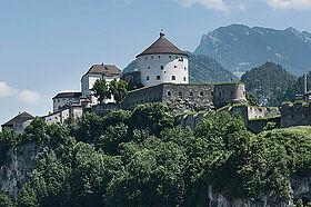Festung Kufstein mit Berg im Hintergrund